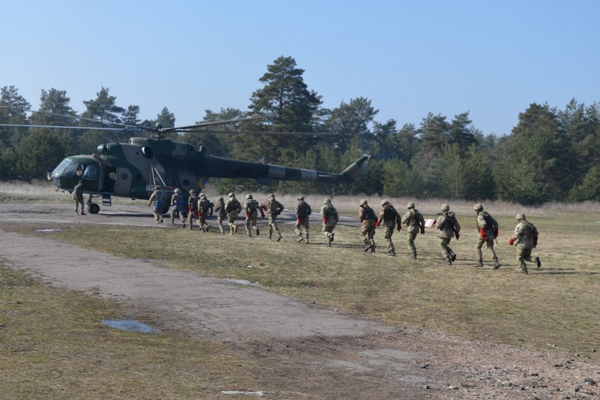 The paratroopers worked without a parachute landing from a helicopter